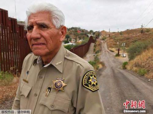 美国边境城镇的警察托尼?埃斯特拉达在美墨边境墙旁。