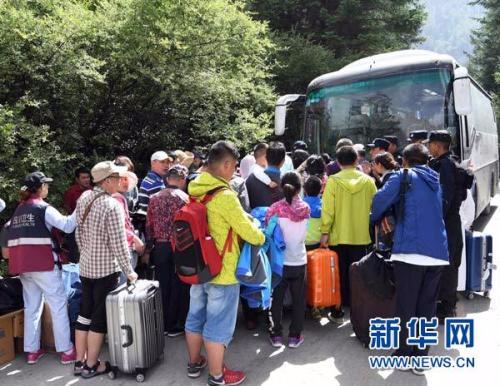 8月9日,在九寨天堂洲际大饭店,救援人员组织游客乘坐车辆撤离。新华社记者 范培珅 摄