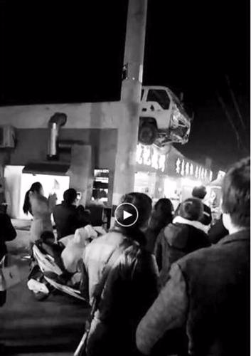 车头悬挂在屋顶。视频截图