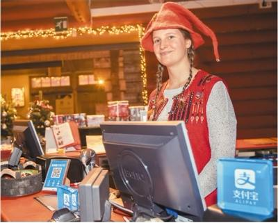 芬兰小城罗瓦涅米是著名的北极旅游城市,近年来吸引了越来越多的中国游客前往观光旅游。当地商户们为了吸引游客消费,纷纷接入了支付宝服务。在这个北极小城,这两年移动支付变得非常发达,游客消费也变得更为便捷。   在罗瓦涅米许多店铺中,支付宝的标识都放在了显著位置。商户们迫不及待让游客们知道他们的店铺支持支付宝,以吸引更多游客前来。许多游客也感叹,在北极小城,看到来自中国的移动支付服务显得很亲切。在罗瓦涅米,支付宝已经成为了商家们的标配。   更有意思的是,在一家哈士奇雪橇探险公园里,为了吸引中国游客,哈士奇身上也挂上了支付宝的广告标语。挂着广告标语的哈士奇奔跑在雪地里,非常呆萌和可爱。中国游客戏称,欧洲人为了做中国游客的生意,太拼了。如今,有中国人的地方就有移动支付,成为最近中国游客来到芬兰罗瓦涅米后的最重要感受。   许康平摄(人民视觉)